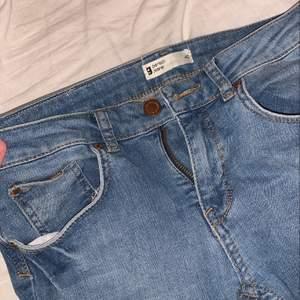 Ginas gamla boyfriend jeans som är helt slutsålda. Lågmidjade jeans med hål på knäna, storlek 40 men de är tajta på mig som är storlek 36? Iallafall knappt använda! 💕