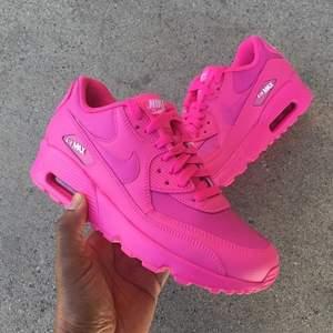 Säljer mina sjukt snygga neon rosa air Max  Använd 2 gånger skulle jag säga  Så de är som nya  Frakt tillkommer, högsta bud: 1100kr