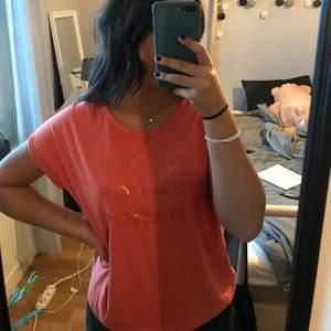 Rosa/orange/korall t-shirt från peak performance, passar som både träningströja och vanlig! Jätteskönt material och fin färg🥰🥰 Vid fler intresserade, budgivning✨✨✨ Köparen står för frakt☺️