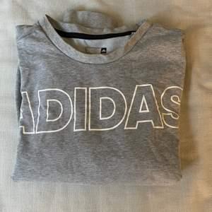 Mysig collegetröja från Adidas. Strl large. Kan skicka om köparen står för fraktkostnad. Annars kan jag mötas upp i Halmstad.
