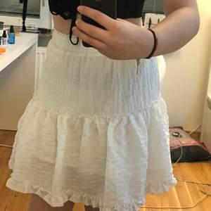 Vit kjol med lite olika söta sömmar och väck❣️resårband i midjan, dubbelt tyg, köpt på shein, skriv privat för mer info om frakt osv❤️