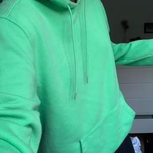 Super fin grön hoodie, lite nopprig men annars fin! Oversized!!
