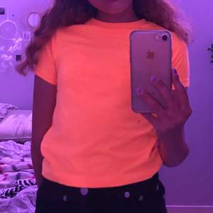 En supercoola tröja som köptes på secondhand men i väldigt bra skick som sitter mig väldigt bra som brukar ha XS, det är egentligen en barn tröja supercool färg 🧡 Köparen står för frakten! 🥰