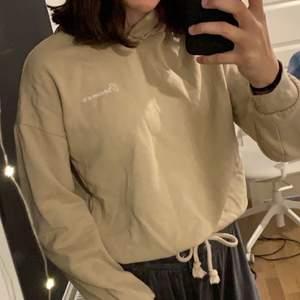 Beige hoodie från ginatricot. Använd några gånger men är i bra skick. Storlek XXS men stor i storlek sitter bra på mig som har S. Säljer för 60 +frakt