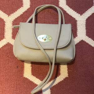 En söt liten och smidig handväska i använt skick.