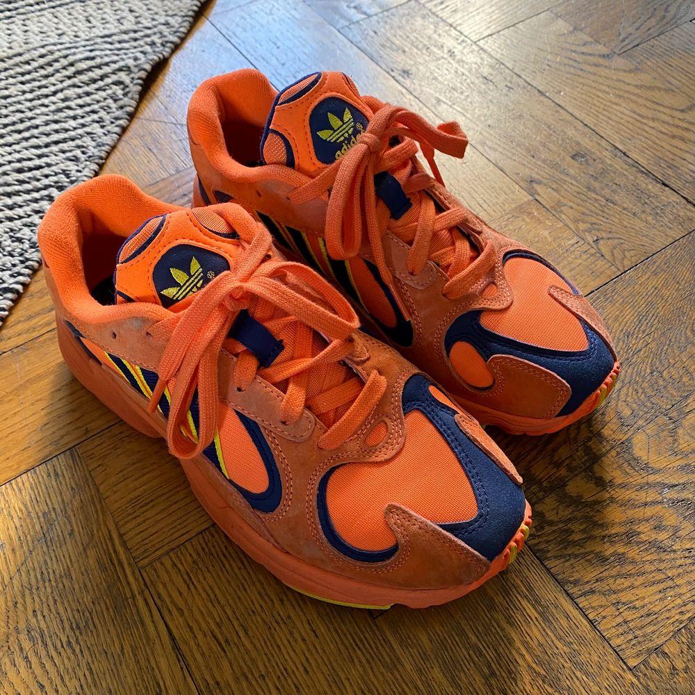 Adidas Yung 1 i orange! Svår att hitta nånstans att köpa, säljs pga att jag inte använder dom . Använt max 5 gånger. Så i väldigt bra skick! Buda!. Skor.