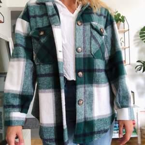 Jättefin grönrutig jacka från shein, inköpt förra året. Storlek xs men lite stor i storleken. Kan frakta men står inte för frakten🌸 helt ny!!!