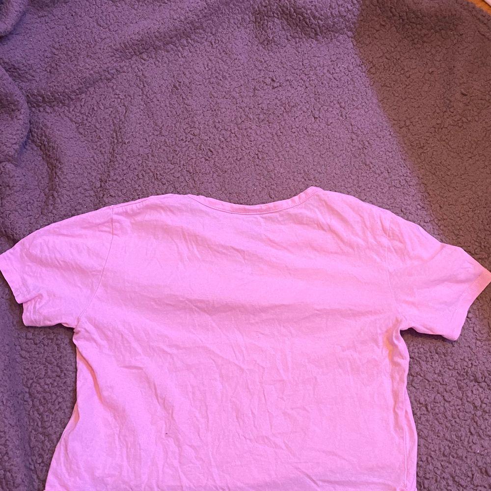 Rosa T-shirt. Ganska använd. Från new look 915. Xs. Fraktar eller möts upp i Sthlm. VILL BLI AV MED ALLT. T-shirts.