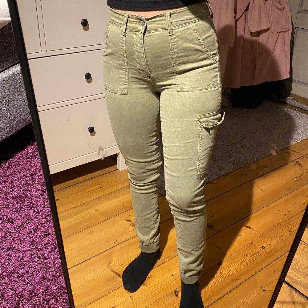 Gröna cargobyxor från gina storlek 34, knappt använda!. Jeans & Byxor.