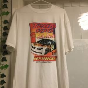Oversized tröja från shein som inte används. Det finns ingen storlek på tröjan men den passar M/L. Frakt betalas av köparen