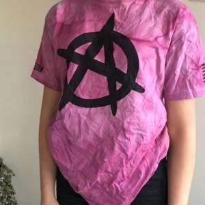 A$AP Rocky merch i tiedye, bra skick, har inte upplevt att tiedye-färgen färgar av sig eller försvinner när den tvättas!