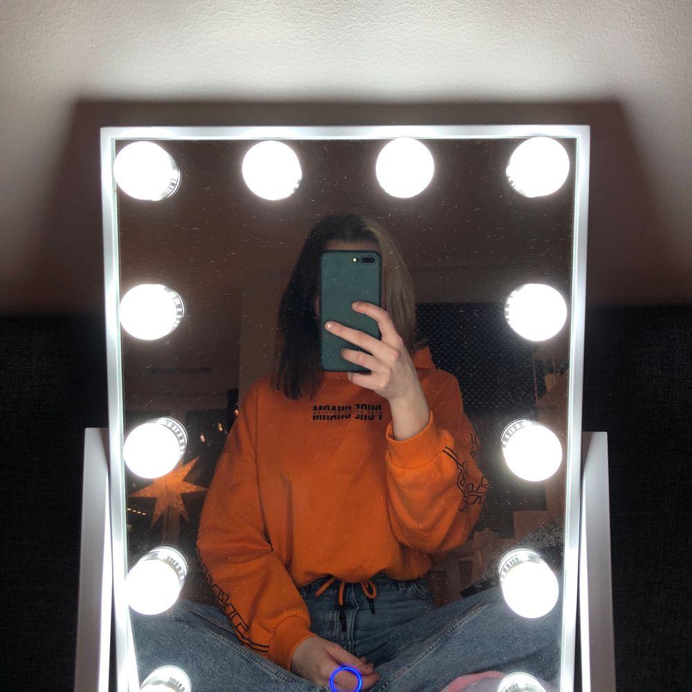 En orange hoodie som är lite kortare med snörning i midjan🥰 super fin men har tyvärr inte kommit till användning :/ köpte den på hm❤️ . Huvtröjor & Träningströjor.