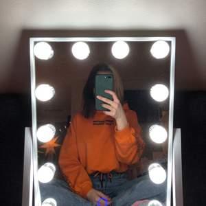 En orange hoodie som är lite kortare med snörning i midjan🥰 super fin men har tyvärr inte kommit till användning :/ köpte den på hm❤️