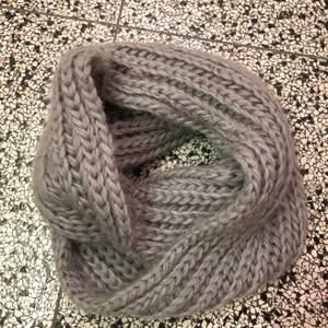 En grå halsduk som sitter ihop i båda ändarna. Den är knappt använd och är i väl skick! Den är köpt på new yorker!🥰📦