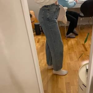 Snygga vida jeans ifrån bikbok, säljs eftersom att de är förstora för mig. Storlek 28, säljs för 150kr + frakt💕