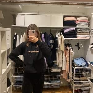 Säljer min snygga svarta hoodie som säljs pågrund av för lite användning!🤍⚡️nypris skulle tro 500kr säljer för 200kr + frakt den är helt oanvänd
