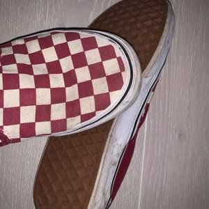 Röd rutiga vans skor, slip on. Dom är använda vilket oxå syns men går nog att tvätta dom en del, säljer billigt just därför att de är använda! Gillar dessa extremt mkt då de inte är så basic! Pris osv kan alltid diskuteras, buda i komentarerna eller hör av er privat