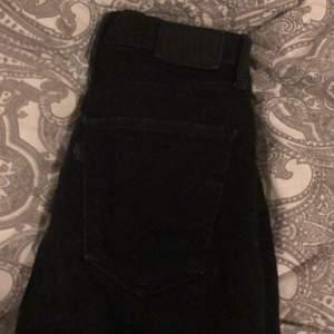 Svarta jeans från levis💕modellen mile high super skinny. Köpte dem på Tise men dem passade inte mig. Typ oanvända. Storlek W26 L32. Dem var för långa på mig (jag är 163cm)  Skriv för fler bilder☺️💕