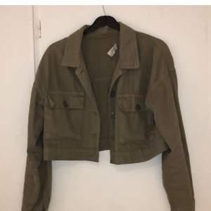 """Skitsnygg croppad """"jeans"""" jacka med skönt material. Snygg till våren/sommaren. Strl 34. Säljes för 170kr + frakt."""