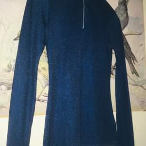 Fin, mjuk, stretchig tröja från Carin Wester med fin dragkedja. Fin blå färg. Färgen stämmer bäst med första bilden. Inte använd så mycket! 💎