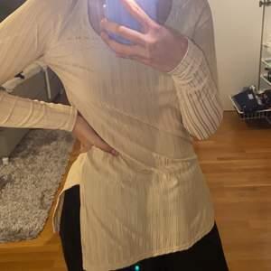 Säljer denna beigea tröjan från bohoo med slits på båda sidorna. Den är jätte fin & bekväm. Den är aldrig använd endast testad.