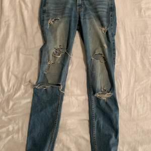 Hollister jeans med hål i storlek W23 🤍 har släppt lite vid fickan (bild 2) men inget som märks! frakt tillkommer