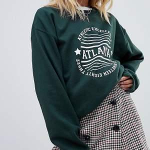 Säljer denna mörkgröna collegetröjan från asos! Kommer inte till användning, tycker inte färgen passar mig... ord pris.280kr, köparen står för frakten💕BUD: 266 inkl frakt!
