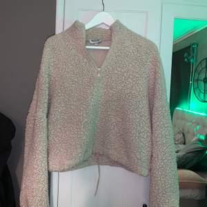 Fin tröja köpt från Madlday för 500 tror jag, användt den Max 3 gånger då jag inte gillar hur den sitter på mig. Väldigt bra skick🥰 köparen står för frakten och skriv om jag ska skicka fler bilder. Pris kan diskuteras