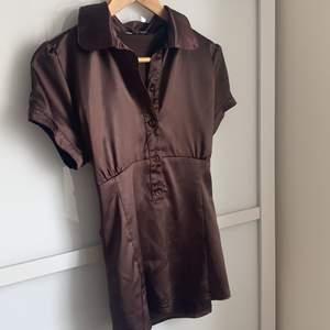 Min mammas gamla bruna satin blus✨ Så fin, lite sliten längst ner (fråga om bild), men inget man tänker på🥰 Står savann på lappen☺️ Går inte att se vilken storlek då de försvunneten passar nog en s-m eftersom att den går att knyta i midjan🤎
