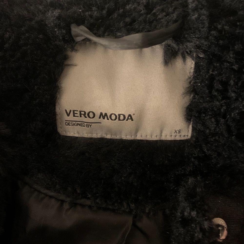 Får ingen användning av denna längre, därför har jag bestämmt mig för att sälja den. En svart päls kappa, super fin och älskar den. Lite längre, därför så kallad en kappa. Från Veromoda. Jackor.
