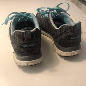 Använd grå och blå skor från Skechers passar bra för 38 eller 37 storlek om du gillar bekväm och lätt viktad.  Flex Sole och Memory foam