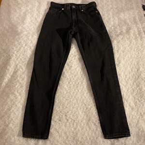 Fina högmidjade jeans från Monki i storlek W.26, tvättad färg 🖤🖤 Modell: Kimono 👖 Säljer på grund av att dem är för små. Inköpta nyligen och dem är helt oanvända 😚 Samfraktar gärna med andra plagg och betalning sker via Swish <33
