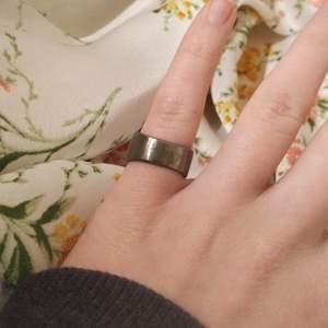 Handgjord ring i rostfritt stål! Görs på beställning efter din storlek, och blir klar inon MAX en vecka 🥰 1 för 100 & 2 för 170, gratis frakt! skriv din storlek i diameter ✨ har fler modeller i en tidigare annons (där är den nr 4) 💓