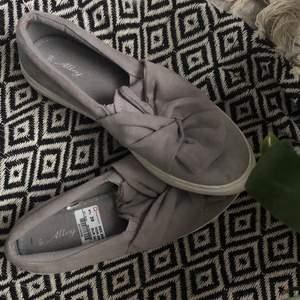 jättesöta gråa skor från skopunkten, använda max 5 ggr, köpta för 299 säljer för 70 🥰 frakt tillkommer