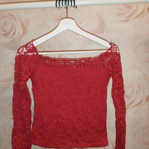 Fel fri röd off-shoulder tröja köpt på secondhand (har själv använd en gång), säljer denna då den inte kommer till användning. Har ni några frågor är det bara att höra av sig! (Köparen står för frakten) Priset kan såklart diskuteras:)