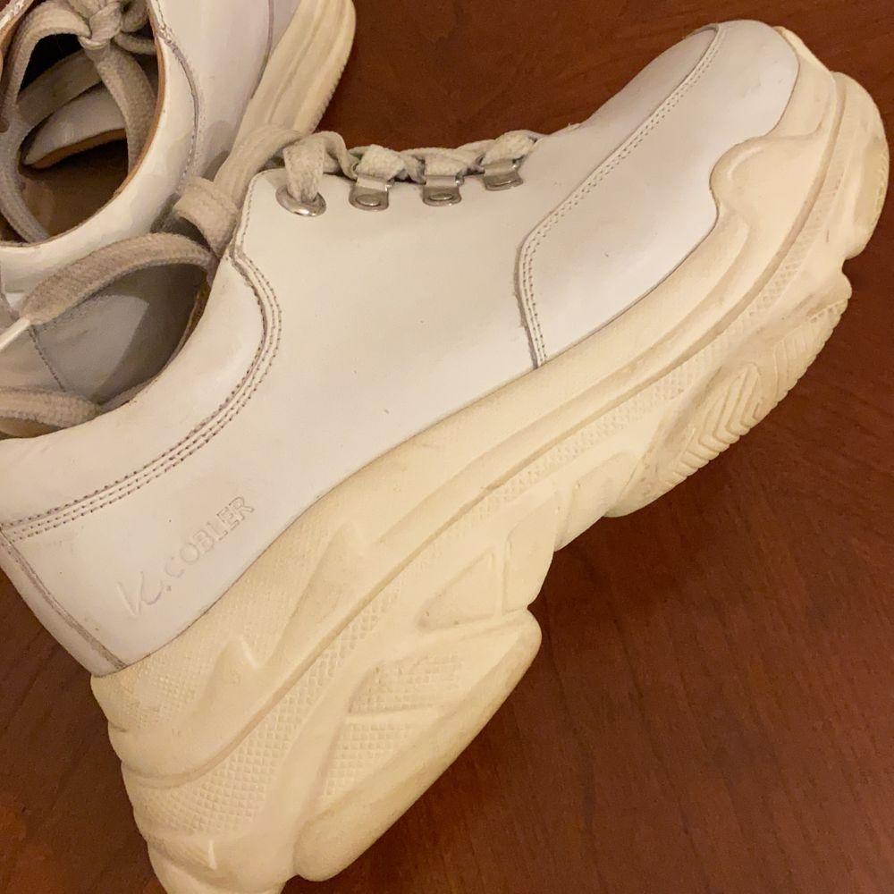 Supersnygga K.cobler sneakers med platåsula, riktigt rejäla och håller värmen bra! Finns att hämta på Södermalm, annars står köparen för frakt💘. Skor.