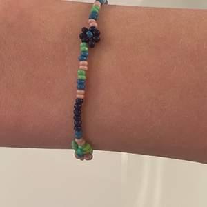 ✨Jättefint färgglatt armband med blommor✨(frakt ingår redan i priset) pris kan diskuteras