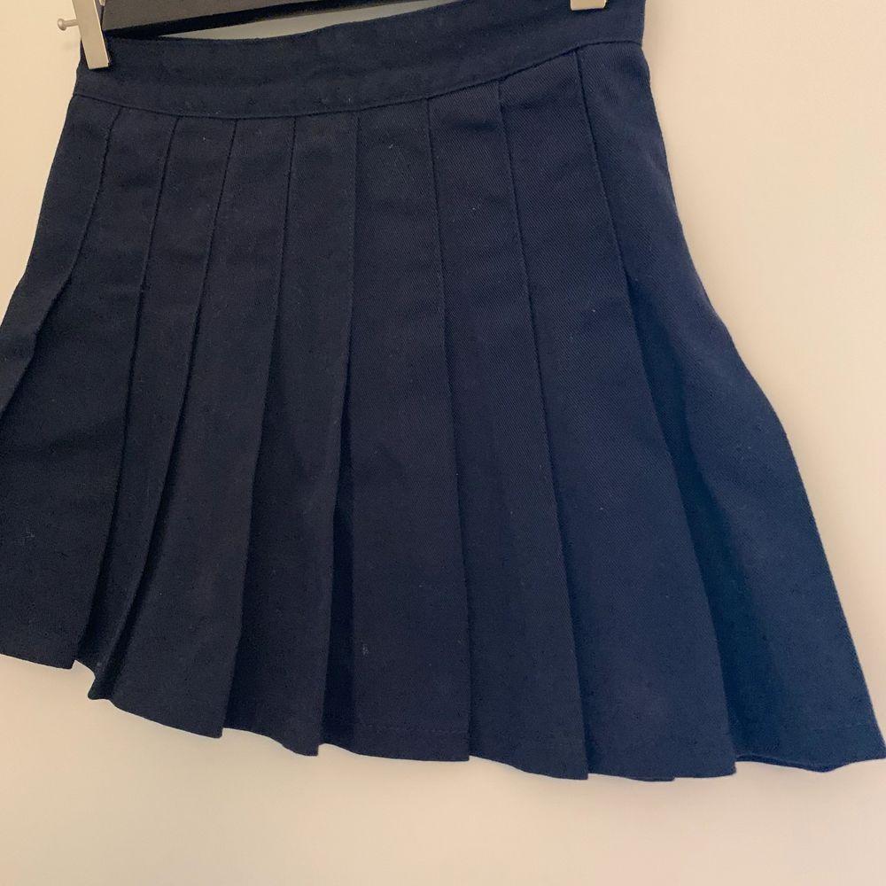 SÅLD! En marinblå superfin tenniskjol i storlek S, köpt på Brandy Melville's EU-hemsida 🇪🇺💓  I jättebra skick, endast använd 2-3 gånger eftersom den är lite för kort för mig som är 174cm 💞🤍 Skriv privat ifall ni vill ha fler bilder! Buda i kommentarerna från 100kr 💘 KÖP DIREKT FÖR 300 inkl. frakt 💓. Kjolar.