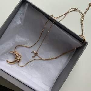 Fint halsband med två guldkedjor och två berlocker ✨✨👸🏼