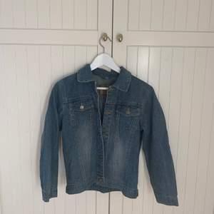 En cool jeans jacka. Bra kvalite, bra skick. Är i storlek 146 men skulle oxå säga xxs, sitter hyfsat tajt o snyggt💜💜