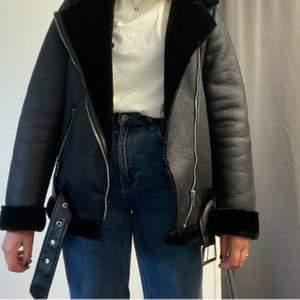 supersnygg jacka som passar med allt🤜🏼🤛🏼 står ingen strl men jag är vanligtvis en s. Köpt för 699 så säljer till väldigt lågt priis, frakt tillkommer!