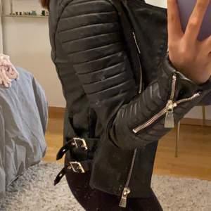 Svart skinnjacka från Chelsea! Biker jacket, svart. Storlek 36 men skulle säga att det är en 32/34. Endast använd 2 gånger