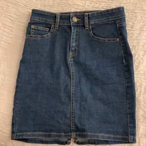 Säljer dennna blåa jeanskjol. Den är använd endast en gång. Köparen står för frakten💗