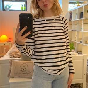 säljer en sweatshirt/ långärmad t-shirt från carlings egna märke /stay ❣️ sparsamt använd