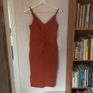 Superfin klänning, använd 1-2 gånger. Storlek S!! Säljer för 80 kr + 60 kr frakt, eller uppmötes i malmö😝