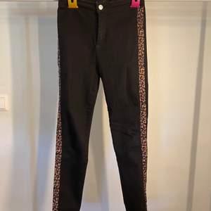 Snygga jeans med en leopard detalj! Knappt använda!