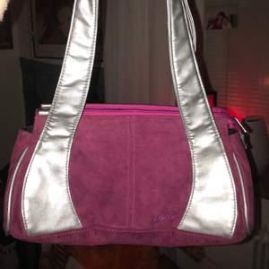 Så fin y2k väska i mochaliknande material. I bra skick och har bra med utrymme. Köparen står för frakt eller då möts jag i stockholm💘💘