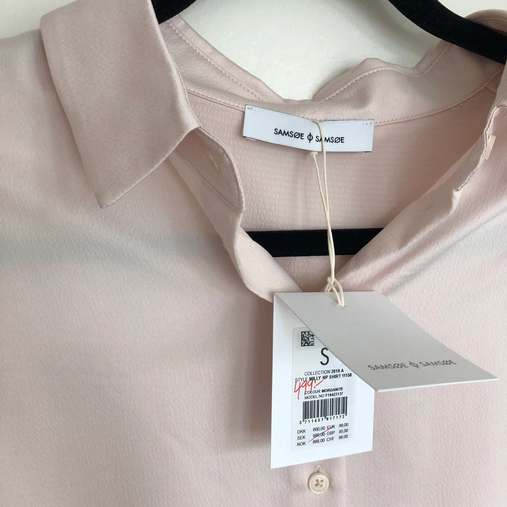 Skjorta i silkesmaterial! Aldrig använd och tag sitter kvar. Färgen syns ganska bra på bild. Skulle säga att det är en ljusrosa/gammeldags rosa färg!. Blusar.