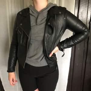 Säljer min snygga skinnjacka i väldigt bra skick och har använts få gånger. Storlek 42 men passar som en liten M Köparen står för frakt.