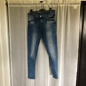 Tommy Hilfiger jeans nästan aldrig använda. Ganska lågmidjade. Köparen står för frakt.